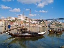 Oporto viejo y barcos tradicionales con los barriles de vino Fotos de archivo libres de regalías