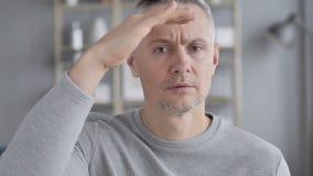 Oportunidade, retrato da possibilidade de Gray Hair Man Searching New vídeos de arquivo