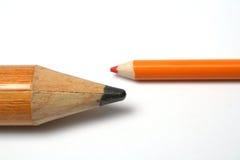 Oposição de um lápis pequeno e maior Foto de Stock Royalty Free