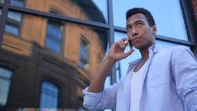 Opowiadający na Smartphone, Trwanie Młody Czarny Męski projektant Obraz Royalty Free