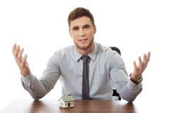 Opowiadający biznesmena z domem modeluje biurkiem Obraz Stock