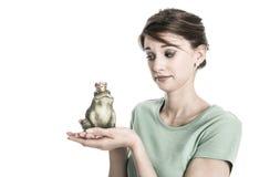 Opowieść żaby królewiątko - młoda odosobniona kobieta w miłości pojęciu Smutny a Obrazy Stock