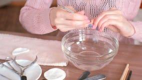 Opperhuidvlekkenmiddel De vrouw maakt manicure zelf Close-uphanden stock videobeelden