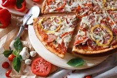 Opperste Pizza opgeheven plak royalty-vrije stock afbeeldingen