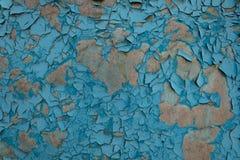 Oppervlakte met instortende verf onder de invloed van vochtigheid en zonlicht stock afbeelding
