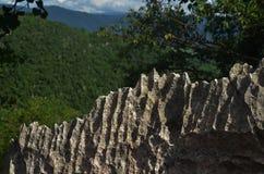 Oppervlakte rotsachtig kalksteen, grijze kalksteen en achtergrond in Thailand Royalty-vrije Stock Fotografie