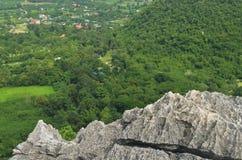 Oppervlakte rotsachtig kalksteen, grijze kalksteen en achtergrond in Thailand Stock Foto's