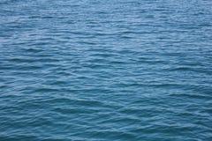Oppervlakte van blauwe overzees Stock Foto