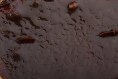 Oppervlakte van de cake met chocoladeclose-up dat wordt behandeld Stock Fotografie