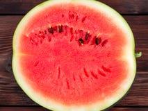 Oppervlakte van de helft van een rijpe rode watermeloenclose-up, textuur royalty-vrije stock fotografie