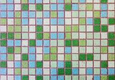 Oppervlakte van gekleurde tegels wordt gemaakt die Stock Afbeeldingen