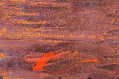 Oppervlakte van roestig ijzer met resten van de oude achtergrond van de verftextuur Stock Foto