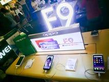 Oppo F9 telefon komórkowy wystawia przy cyfrowym gadżetu expo Tajlandia zdjęcia stock