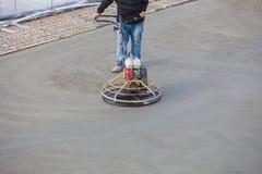 Oppoetsend beton stock afbeelding