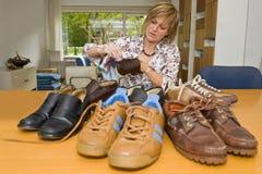 Oppoetsende schoenen Stock Foto's