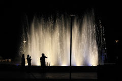 Opposé de silhouettes de la fontaine 1 Images libres de droits