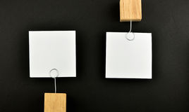 Opposite opinia, Dwa papierowej notatki na czerni dla prezentaci zdjęcia stock