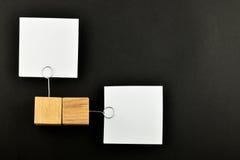 Opposite opinia, Dwa papierowej notatki na czerni dla prezentaci fotografia stock