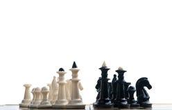 Opposition des échecs noirs et blancs Image stock