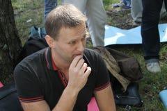 Oppositionsledaren Alexei Navalny lyssnar till anföranden på mötet av aktivister i den Khimki skogen Arkivfoto