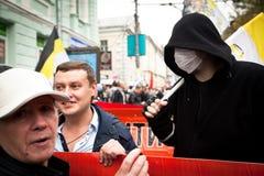 Oppositionsupportrar samlar in för en protest samlar Arkivbilder