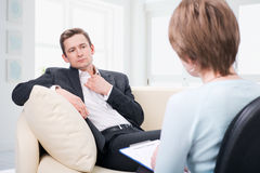 Oppressed man talking with psychologist Royalty Free Stock Photos