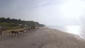Opróżnia plażę z infrastruktury poza sezonem infrastrukturą, blisko parka zdjęcie stock