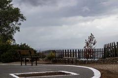 opróżnia ławkę i chmurnego niebo zdjęcia stock