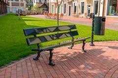 Opróżnia ławkę i kubeł na śmieci na miasto ulicie fotografia royalty free