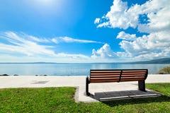 Opróżnia ławkę na Jeziornym Bracciano Fotografia Royalty Free