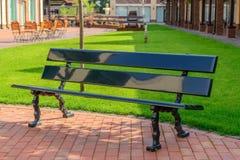 Opróżnia ławkę na miasto ulicie zdjęcie royalty free