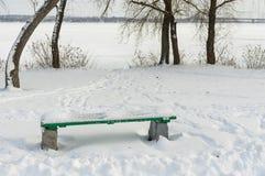 Opróżnia ławkę w głębokim śniegu na Dnipro brzeg rzeki, Ukraina Zdjęcia Royalty Free