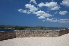 Opróżnia ścianę i krajobraz z błękitnym chmurnym niebem zdjęcia stock