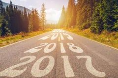 Opróżnia asfaltową drogę i nowego roku 2018, 2019, 2020 pojęć Drivin Zdjęcie Stock