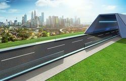 Opróżnia asfaltową drogę z tunelem, greenfield i nowożytną miasto linią horyzontu, obraz stock