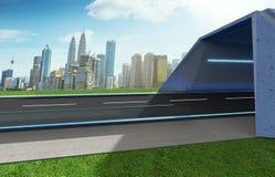 Opróżnia asfaltową drogę z tunelem, greenfield i nowożytną miasto linią horyzontu, zdjęcie stock