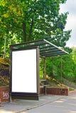 Opróżnia autobusowego schronienie z pustym plakatem gdy odbitkowa przestrzeń Zdjęcia Royalty Free