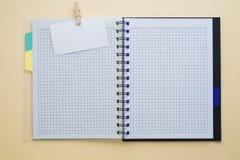 Opróżnia białego notatnika na drewnianym stole, mieszkanie nieatutowy fotografia stock