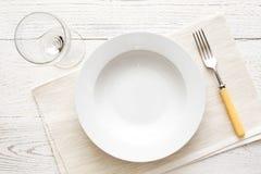Opróżnia białego round polewki, makaronu talerza z lub na wh Obrazy Stock