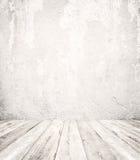 Opróżnia białego wnętrze rocznika pokój szara grunge betonowa ściana i stara drewniana podłoga - obraz royalty free