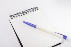 Opróżnia biel notatkę, pióro i błękitną klamerkę, Obrazy Royalty Free