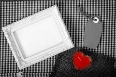 Opróżnia bielu serca ramowego następnego czerwonego znaka od świeczki i papieru etykietki Zdjęcie Royalty Free
