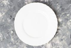 Opróżnia bielu talerza na szarym tle, wyśmiewa w górę, kopii przestrzeń fotografia stock