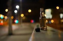 Opróżnia butelkę gorzała Zdjęcie Royalty Free