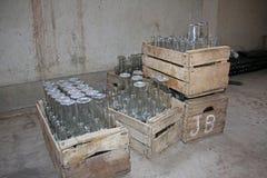 Opróżnia butelki w drewnianych pudełkach obraz stock