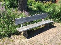 Opróżnia drewnianą ławkę na brukującej łączy kamiennej drodze przemian fotografia royalty free