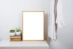 Opróżnia drewnianą obrazek ramę na stole, sztuka druku egzamin próbny fotografia stock