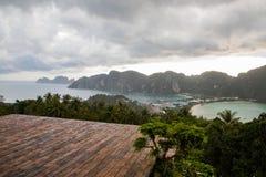 Opróżnia drewnianą platformę z Phi Phi wyspy widokami i chmurnym niebem zdjęcie stock