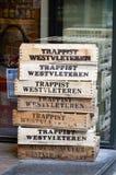 Opróżnia drewnianą skrzynkę Belgijski piwo przed sklepem monopolowym w Bruksela, Belgia zdjęcia royalty free