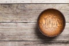 Opróżnia Drewnianego Bambusowego puchar odizolowywającego na drewnianym tle z realem S Obraz Stock